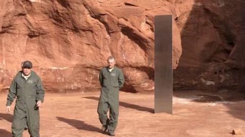 Der rätselhafte Metallblock ist drei bis vier Meter hoch