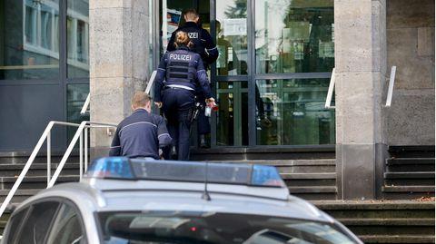 Polizisten betreten das Polizeipräsidium in Mülheim