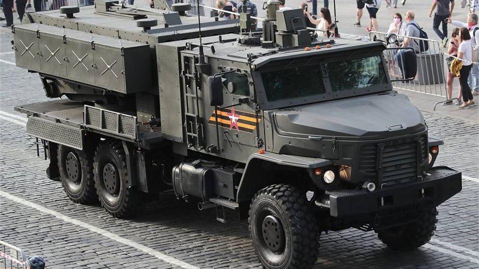Auf den ersten Blick sieht der TOS2 aus wie ein gewöhnlicher schwerer Militär-Lkw.