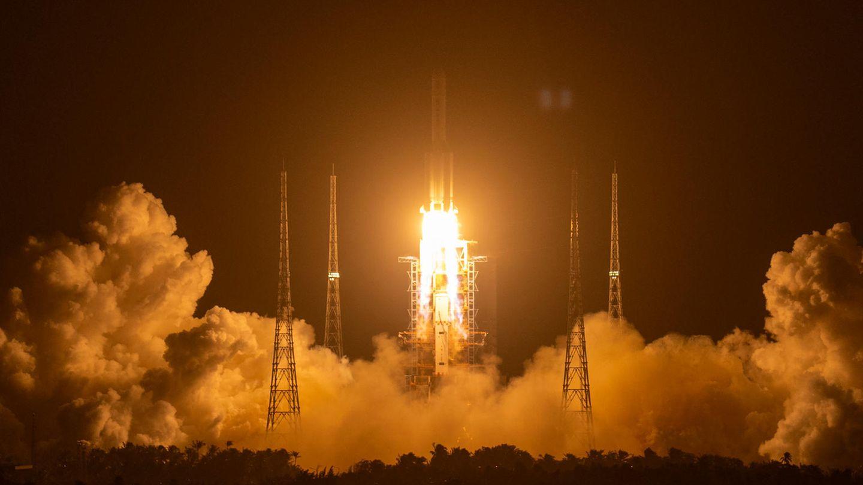 """Eine Rakete vom Typ """"Langer Marsch 5""""startet auf der Startrampe des Wenchang Space Launch Center"""