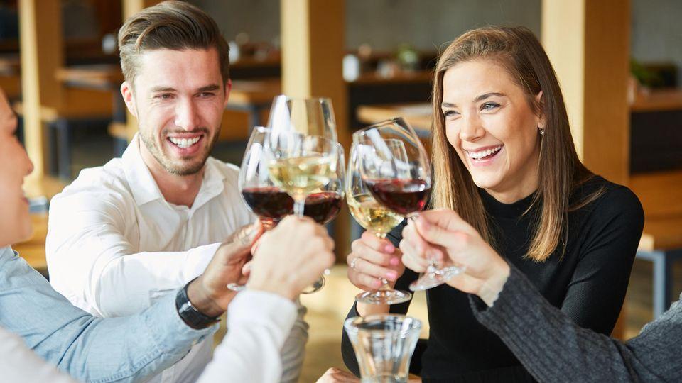 Wer erfüllt in seinen anderen Sozialbeziehungen ist, sucht nicht unbedingt nach einem Partner
