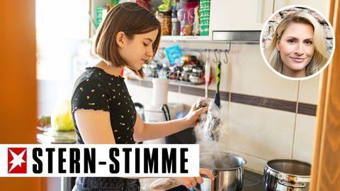 Teenagerin beim Kochen