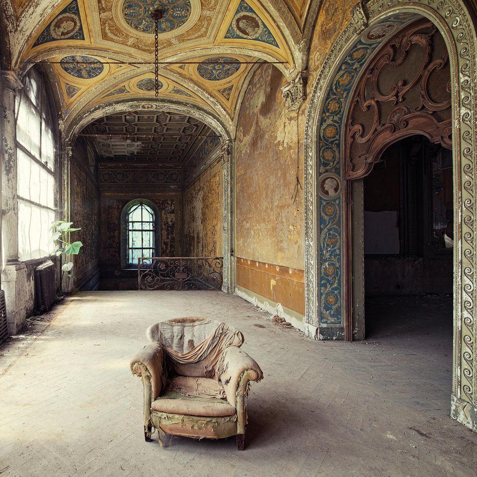 """Bild 1 von 12der Fotostrecke zum Klicken: In den italienischen Bergen liegen die Überreste dieser vergessenen Villa – eines der Objekte, die Annie Bertram für ihr neues Buch """" Zwischen den Welten - Verlassene Orte in Europa"""" fotografiert hat."""