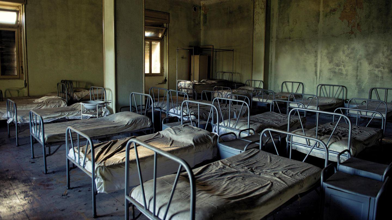 Schlafsaal eines ehemaligen Kinderheims in den Bergen: Über 50 Jahre lange schlummerte das Gebäude im Dornröschenschlaf, bis es wiederentdeckt – und innerhalb eines Jahres zerstört wurde.