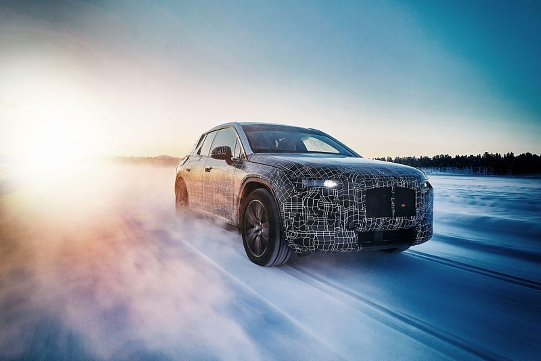 BMW iX im Schnee