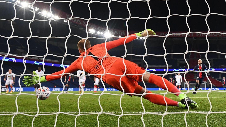 Hinter dem Tor: Leipzigs Torwart Gulasci wirft sich nach einem Elfmeterball von Neymar