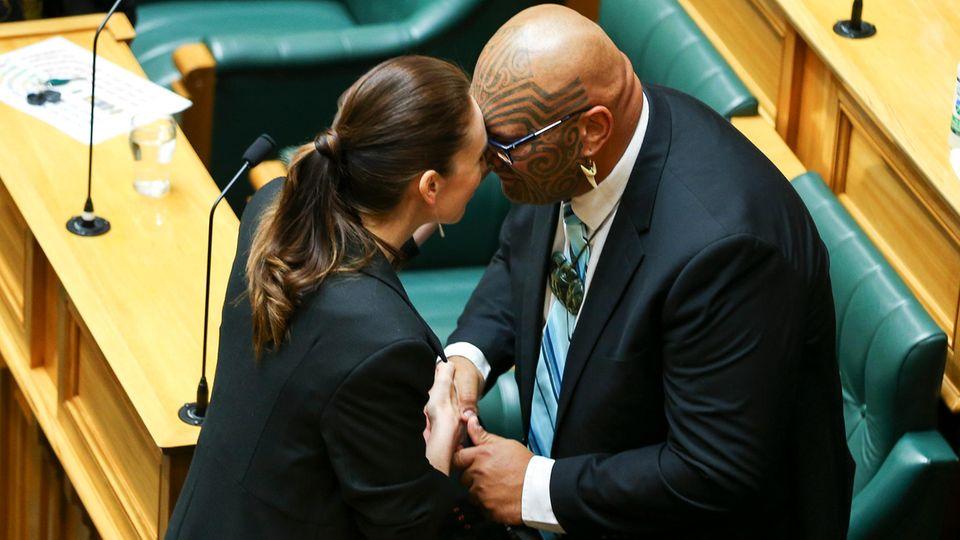 Wellington, Neuseeland. Premierministerin Jacinda Ardern wird vom Co-Vorsitzenden der Maori-Partei, Rawiri Waititi, während der Eröffnung des Parlaments mit einem Hongi, dem traditionellenBegrüßungsritual der Indigenen, begrüßt. Beim Hongi werden die Nasenaneinander gedrückt, um den Atem des jeweilig anderen zu spüren. Labour-Führerin Ardern waram 6. November für eine zweite Amtszeit als Premierministerin vereidigt worden.