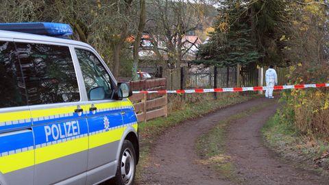 Die Polizei und Spezialisten des Landeskriminalamtes untersuchen einen Tatort im thüringischen Geraberg.
