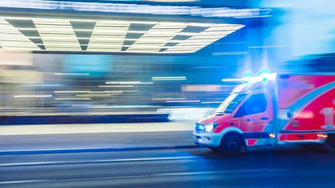 Ein Krankenwagen fährt über eine Straße.