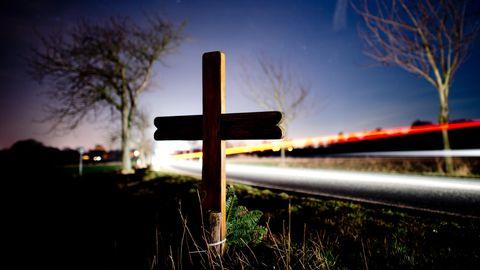 Das Kreuz an einer Landstraße in Niedersachsen erinnert an einen Verkehrstoten