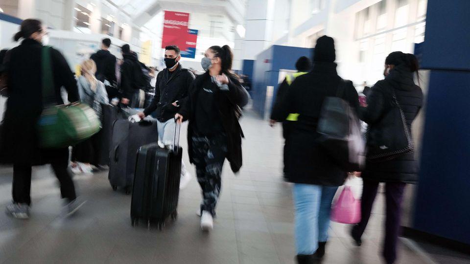 Reisende an einem Flughafen in New York City