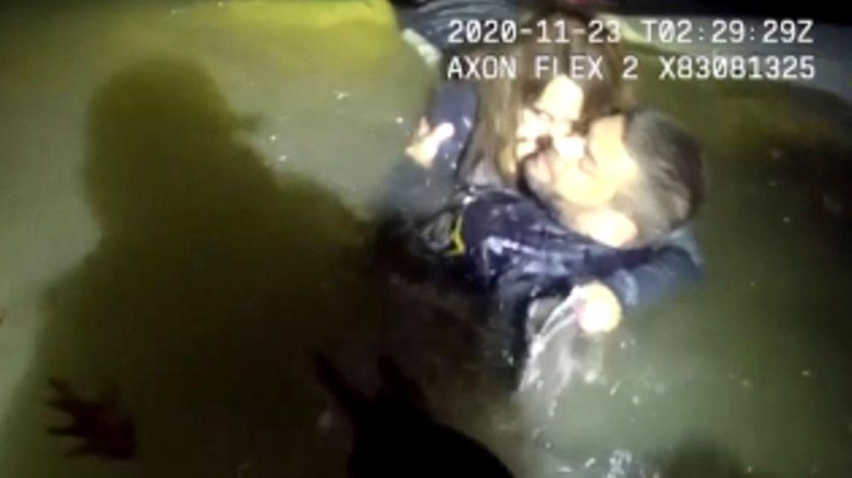 Frau versinkt mit Auto im Fluss – Polizisten sind rechtzeitig zur Stelle