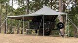 Um den Hängerlässt sich ein großes Lagerzelt aufbauen.