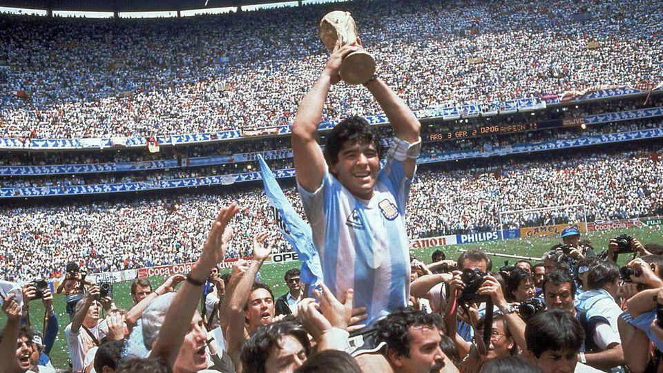 Sein größter Triumph: 1986 wird Maradona mit Argentinien Weltmeister. Im Finale in Mexiko-City schlugen die Südamerikaner die deutsche Elf mit 3:2. Maradona erzielte kein Tor, spielte aber den entscheidenden Pass zum Siegtreffer durch Burruchaga.