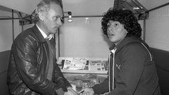.. der frühere Bayern-Coach Udo Lattek. Die beiden sollen kein gutes Verhältnis gehabt haben. Lattek vermutete später, dass er wegen Maradona seinen Job beim FC Barcelona verlor.