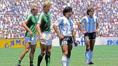 Das Finale 1986 im Aztekenstadion in Mexiko-City: Maradona führt die Argentinier trotz sobeinharterGegenspieler wieKarl-Heinz-Förster und Hans-Peter Briegel (l.) zum großen Triumph.