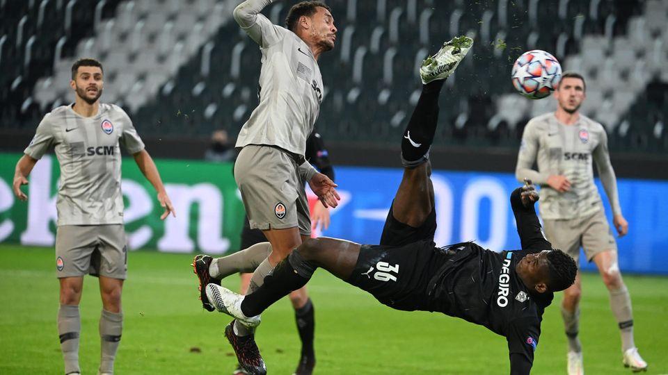 Breel Embolo erzielt per Fallrückzieher ein Tor für Borussia Mönchengladbach