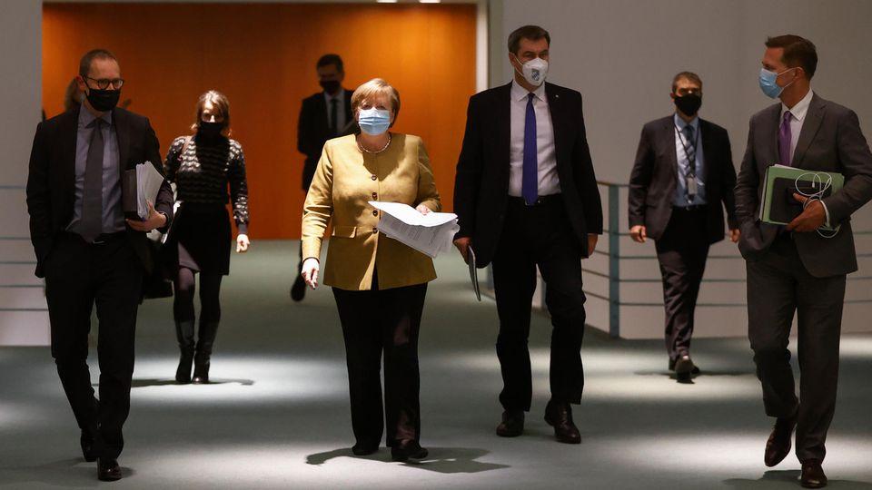 Angela Merkel im Bundeskanzleramt auf dem Weg zur Pressekonferenz