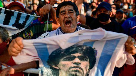 Trauernde Fans versammeln sich vor der Leichenhalle, in der Diego Maradona liegt
