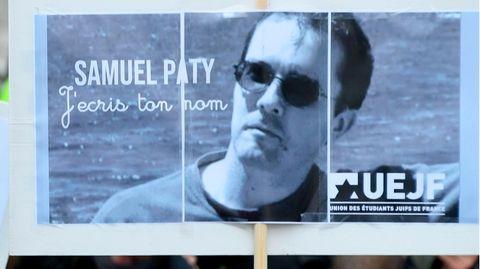 Ein Plakat mit dem Porträt der ermordeten Lehrers Samuel Paty