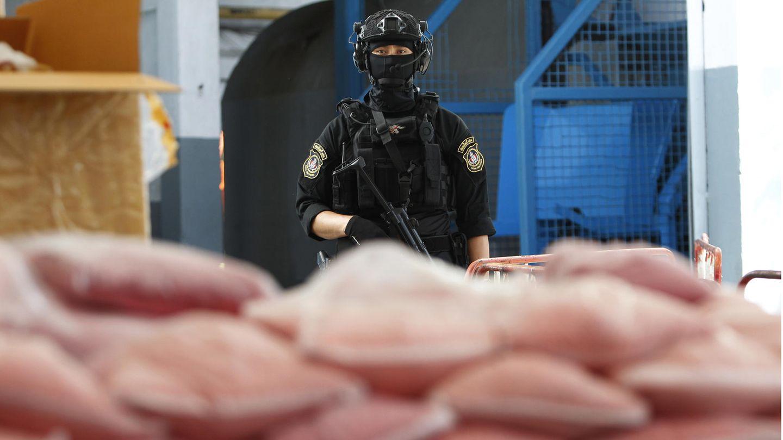Ein thailändischer Polizist bewachtbeschlagnahmte Drogen.