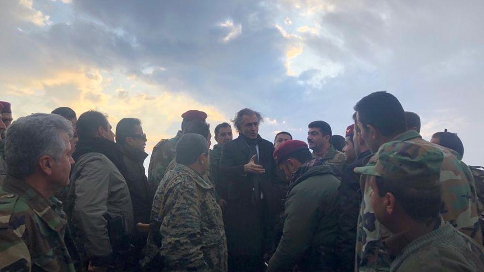 Bernard-Henri Lévy gemeinsam mit kurdischen Peshmerga im Nordirak