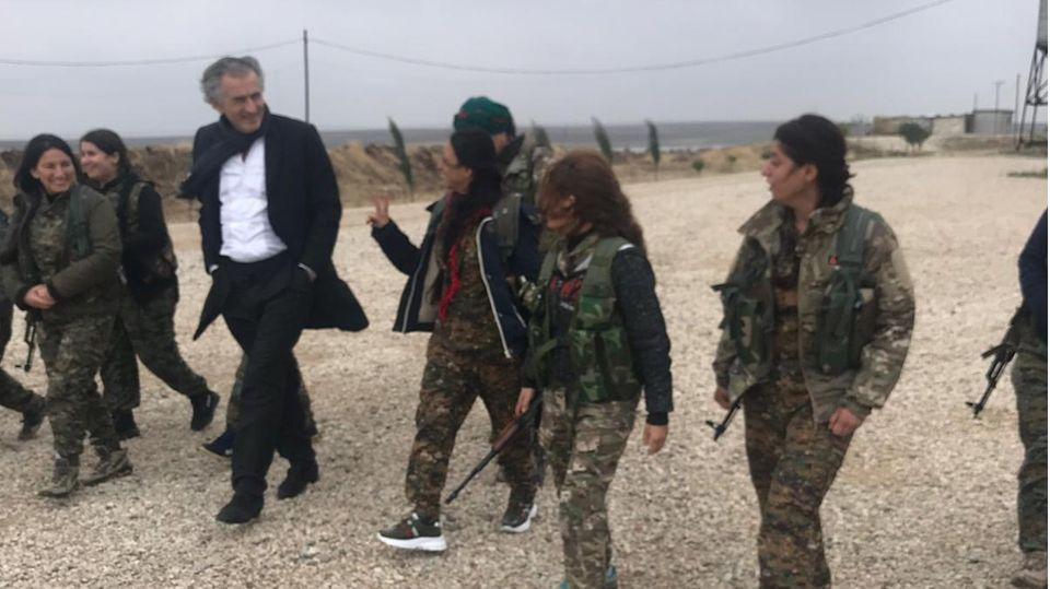 Bernard-Henri Lévy und Soldatinnen in Rojava, Syrien