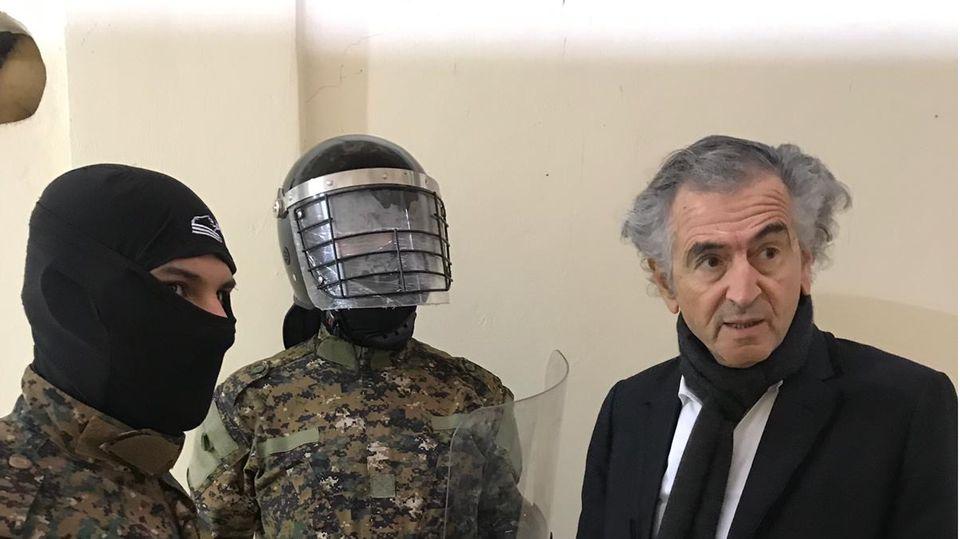 Bernard-Henri Lévy und kurdische Gefängniswärter, die ehemalige IS-Kämpfer bewachen