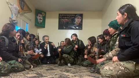 Bernard-Henri Lévy im Gespräch mit Soldatinnen in Rojava, Syrien
