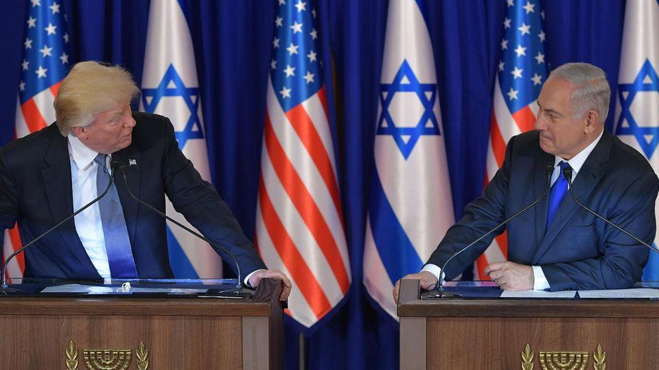 Donald Trump und Benjamin Netanjahu schauen sich an
