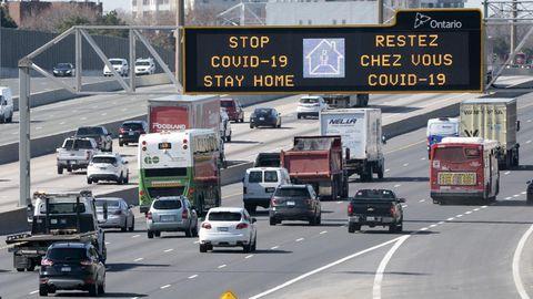 Warnung vor dem Coronavirus an einer Autobahn in Toronto, Kanada