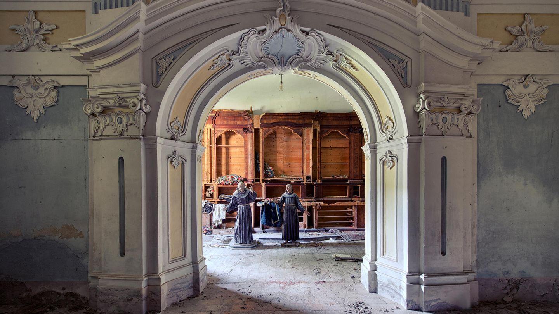 Die Mönche haben diesen Ort längst aufgegeben: Die beiden Skulpturen wirken wie die letzten Wächter des sich selbst überlassenen Klosters