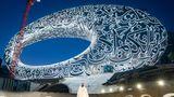 Bekanntlich hat die Zukunft in Dubai vor mehr als drei Jahrzehnten begonnen. Doch schon bald wird die Zukunft einen Platz in einem eigens für sie gebauten Museum haben. Der Schwerpunkt der Ausstellungen im torusfömigen Museum of the Future, das zur Dubai Future Foundation gehört, liegt auf den Themen Innovation und Design. Das silberne Gebäude mit der kalligrafischen Fassade an der Sheikh Zayed Road wurde von Killa Design entworfen.  Infos:https://museumofthefuture.ae
