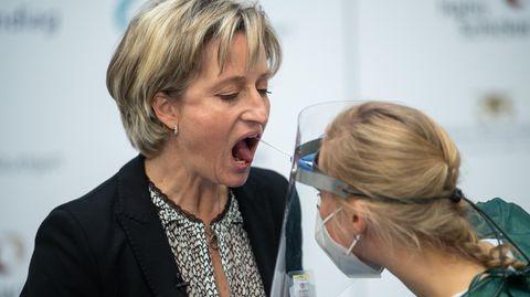 Ärztin nimmt Abstrich für einen Corona-Test