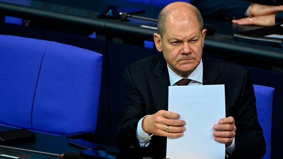 Olaf Scholz guckt während der Corona-Debatte leicht skeptisch. Vielleicht denkter auch an seinen Haushalt für 2021