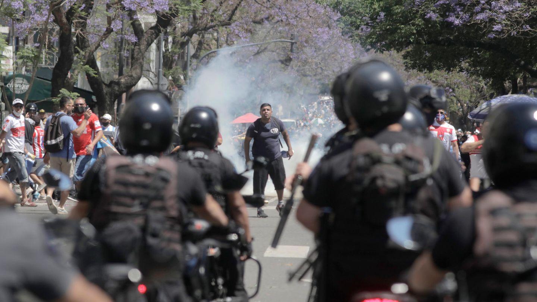 Die Polizei geht gegen aufgebrachteFans in Buenos Airesvor