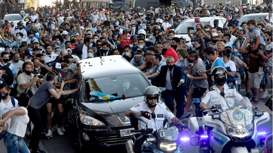 Diego Maradonas sterbliche Überreste auf dem Weg zur Beerdigung