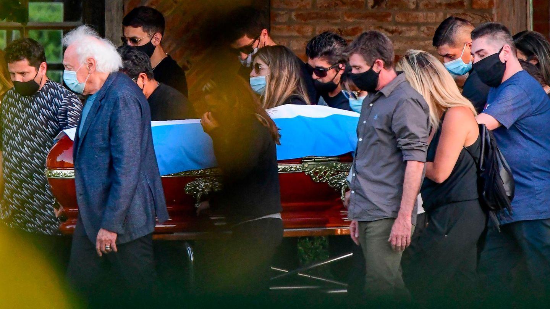 Familienangehörige und enge Freunde tragen den Sag Maradonas zur Beisetzung