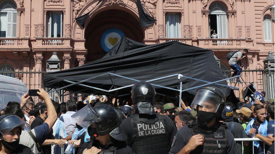 Zwischenzeitlich gab es Auseinandersetzungen zwischen Polizei und Fans