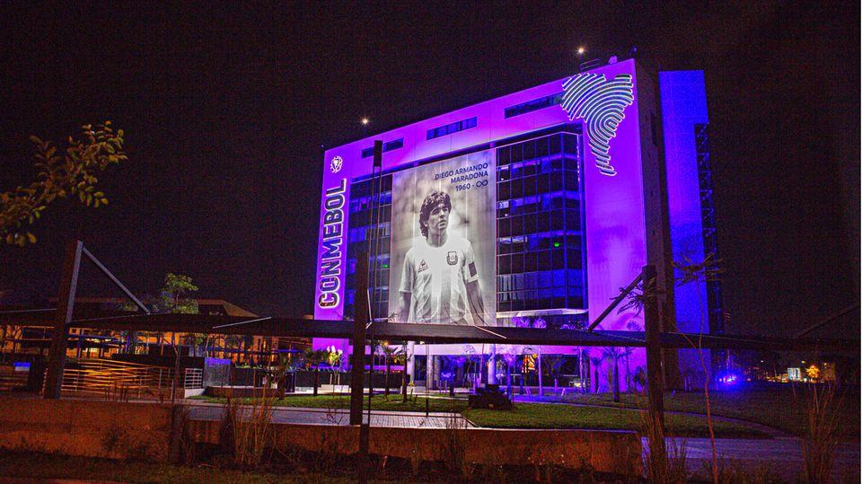 Auf das Gebäudedes südamerikanischen Fußball-Verbandes in Buenos Aires erstrahlteein überlebensgroßes Porträt dieNacht