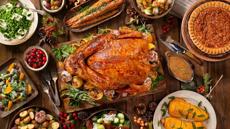 Der Weihnachtstruthahn mit Unmengen an Beilagen - auf dem Bild in der US-Variante mit Fächer-Kürbis und Pecan Pie.