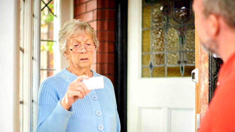 Ältere Frau an der Haustür
