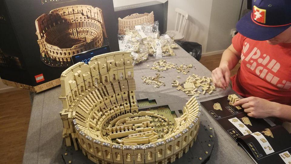 Das Lego-Experiment: Das fast fertige Kolosseum und der Baumeister in Aktion