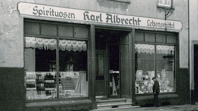 Die Aldi-Filiale im Geburtshaus der Aldi-Gründer Karl und Theo Albrecht im Stadtteil Schonnebeck, fotografiert im Jahr 1930. Das inzwischen viel zu kleine Geschäft an der Huestraße 89 wird nun geschlossen, wie Aldi mitteilte