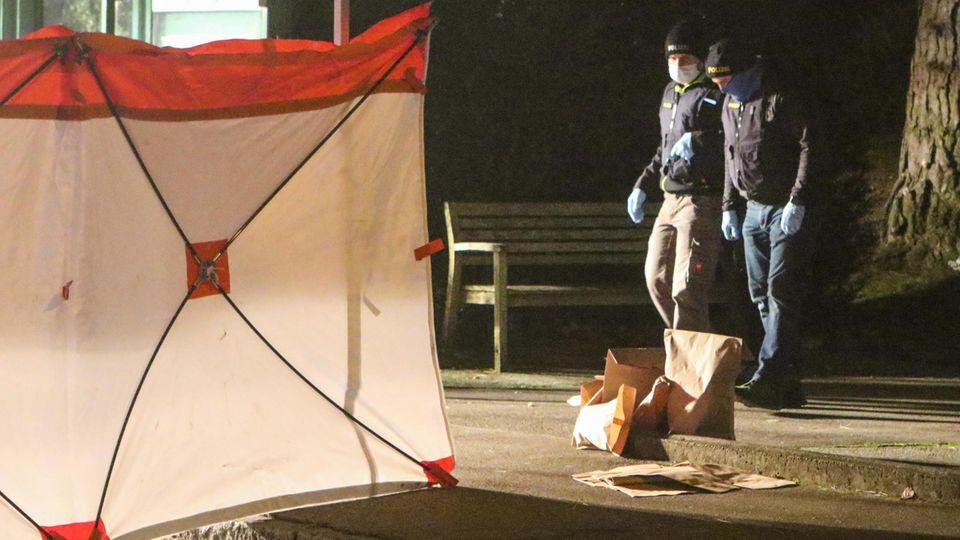 Der Tatort an einer Haltestelle in Augsburg: Die Polizei hat einenPavillion als Sichtschutz aufgestellt.