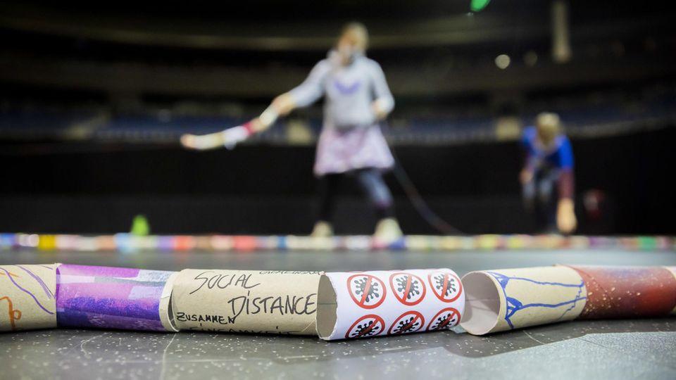 Dekorierte Klorollen-Pappkerne liegen in der Mercedes-Benz Arena beim Weltrekordversuch die längste Klorollenschlange herzustellen nebeneinander auf dem Boden. Für den Guinness-Buch-Rekord und um ein Zeichen für gesellschaftlichen Zusammenhalt in der Corona-Krise zu setzten, hat die Projektinitiatorin Sabrina Golze mit der Unterstützung einer Supermarktkette über 10.000 Klorollen-Pappkerne gesammelt.