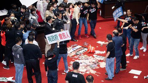 Schweinerei im taiwanischen Parlament: Nach einer handfesten Auseinandersetzung ist der Boden mit Schweinedärmen bedeckt