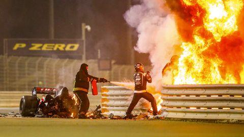 Formel-1: Der Rennwagen von Romain Grosjean geht in Flammen auf.