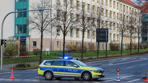 Nachrichten aus Deutschland: Streifenwagen der Polizei Sachsen sperrt Straße ab