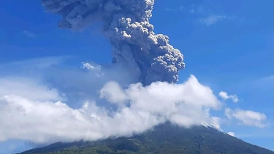Der Vulkan Ili Lewotolok spuckt Rauch und Asche